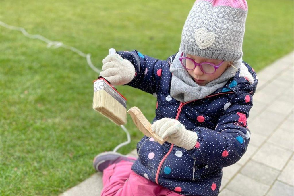 Die vierjährige Lina half auch fleißig mit beim Basteln der hölzernen Osterdeko.