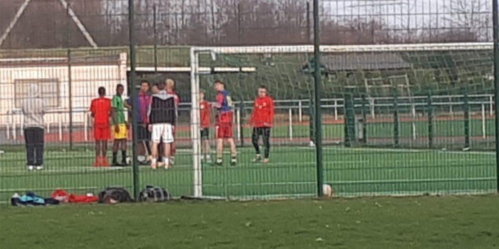 Nicht nur in Lütgendortmund, sondern auch auf dem Sportplatz in Kirchlinde kicken Jugendliche ohne Abstand, Maske - und Kontrolle.