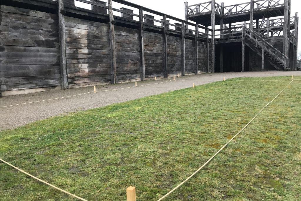 Die Pflöcke markieren die Umrisse des geplanten Wachhauses. Baustart ist im Sommer 2021.