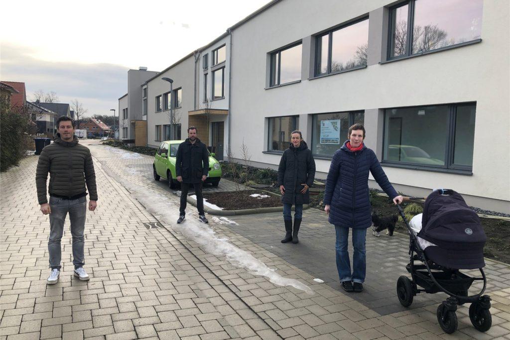 Die Nachbarn des Wohnprojekts am Elterbreischlag, v.l. Florian Hartmann, Stephan Blankenaufulland, Marit Büren-Kolk und Stephanie Meier, sind entsetzt über die Ausmaße des Wohnklotzes. Statt 30 wurden 35 seniorengerechte Wohnungen in dem Komplex untergebracht.