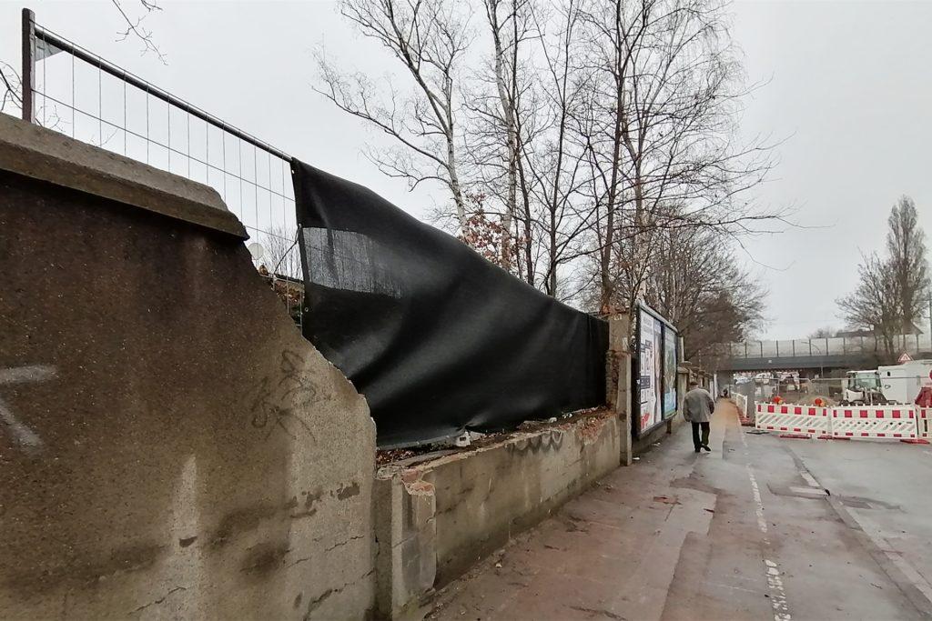 Am Abend haben Arbeiter das Loch in der Mauer mit einem Bauzaun geschlossen. Der Unfallort ist nur wenige Meter von der Baustelle auf der Dönnstraße entfernt.