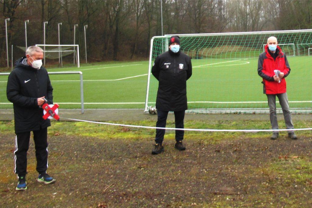 Bei der ersten Ortsbegehung waren unter anderem LSV-Platzwart Dieter Marschang, der Sportliche Leiter der Jugend Torsten Block und Bernd Willeke vom Stadtgrün (v.l.) vor Ort.