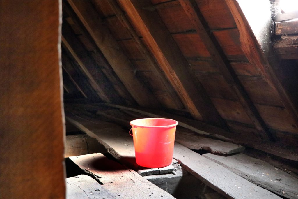 Das Dach der Viktorkirche ist mittlerweile derart undicht, dass unter dem Gebälk Plastikeimer aufgestellt werden müssen, um durchsickerndes Regenwasser aufzufangen.