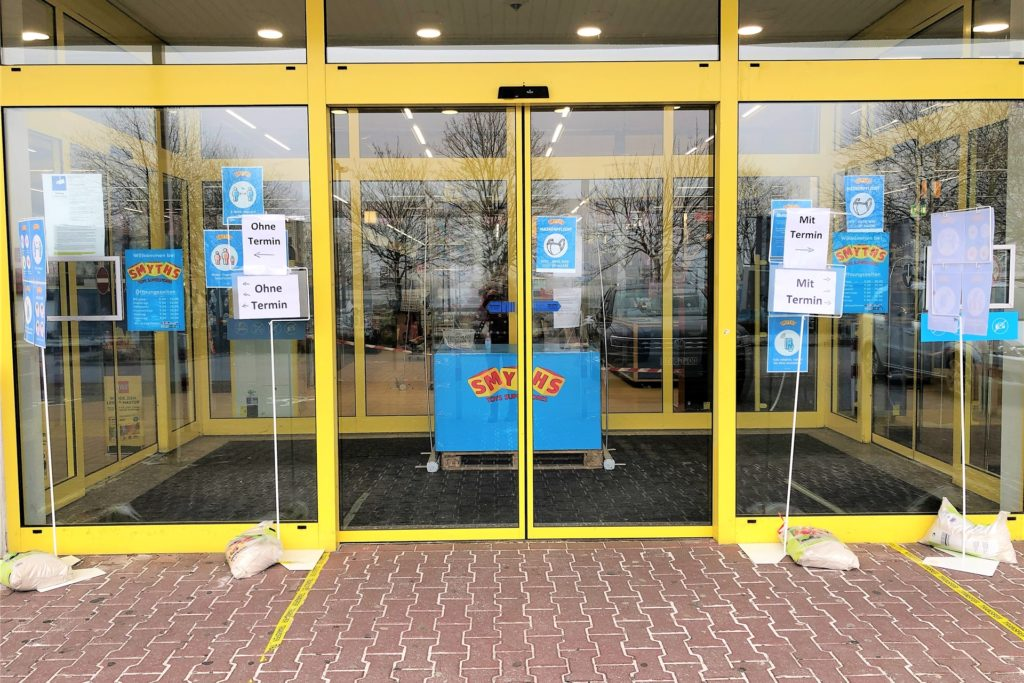 """Das Spielgeschäft Smyths Toys hält zwei Eingänge für seine Kunden bereit: """"Mit Termin"""" und """"Ohne Termin"""" (links)."""