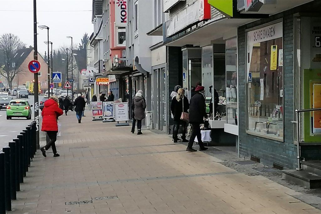 Noch weit von der Normalität entfernt: Aber nach gähnender Leere noch am Samstag, freuten sich die Kunden am Montag über die wieder geöffneten Geschäfte.