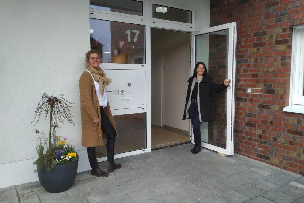 Einrichtungsleiterin Petra Stenkamp und Stefanie Reich von der evangelischen Kirchengemeinde freuen sich, dass die neue Kita endlich fertig ist.