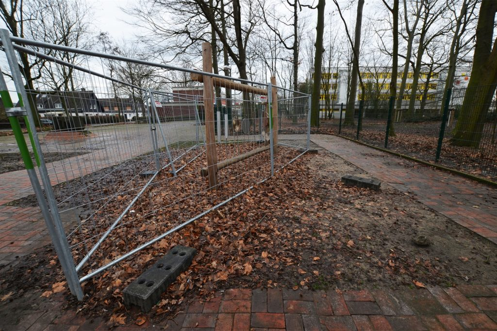 Es bestehe eine Unfallgefahr, sagt die Stadt. Warum die Füße des Bauzauns indes frei zugänglich auf dem Schulhof herum liegen, ist eine Frage, die noch niemand gestellt hat.