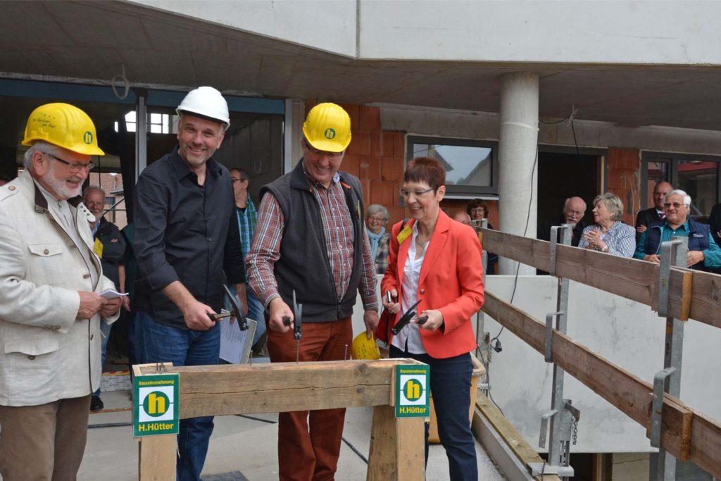 Schlugen zum Richtfest (2016) symbolisch die letzten Nägel ein (v.l.): Norbert Hoffmann (LiNa/Leben in Nachbarschaft), Architekt Hans-Georg Schmidt-Domogalla, Erich Becker und Gisela Funke (beide LiNa).