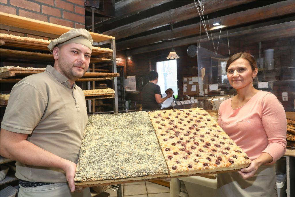 Andreas und Marzena Krupa verkaufen Hefe-Blechkuchen mit verschiedenen Belägen.