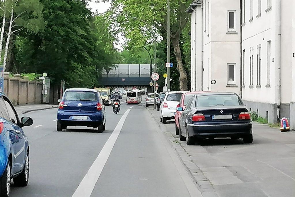 Parkplätze in der Dönnstraße zu finden, ist schwierig. Offenbar gibt es auch da einen Zusammenhang mit teilweise unrechtmäßig abgestellten, abgemeldeten Autos, erklären Anwohner.