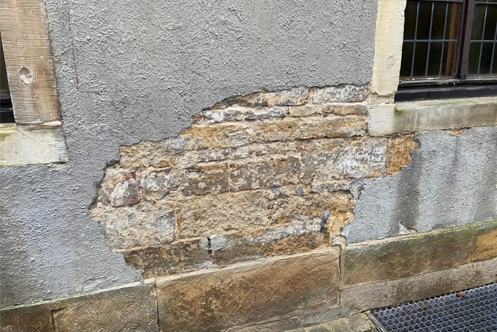 Unter dem Putz ist bereits das Sandstein-Mauerwerk zu erkennen. Dies soll wieder freigelegt werden.