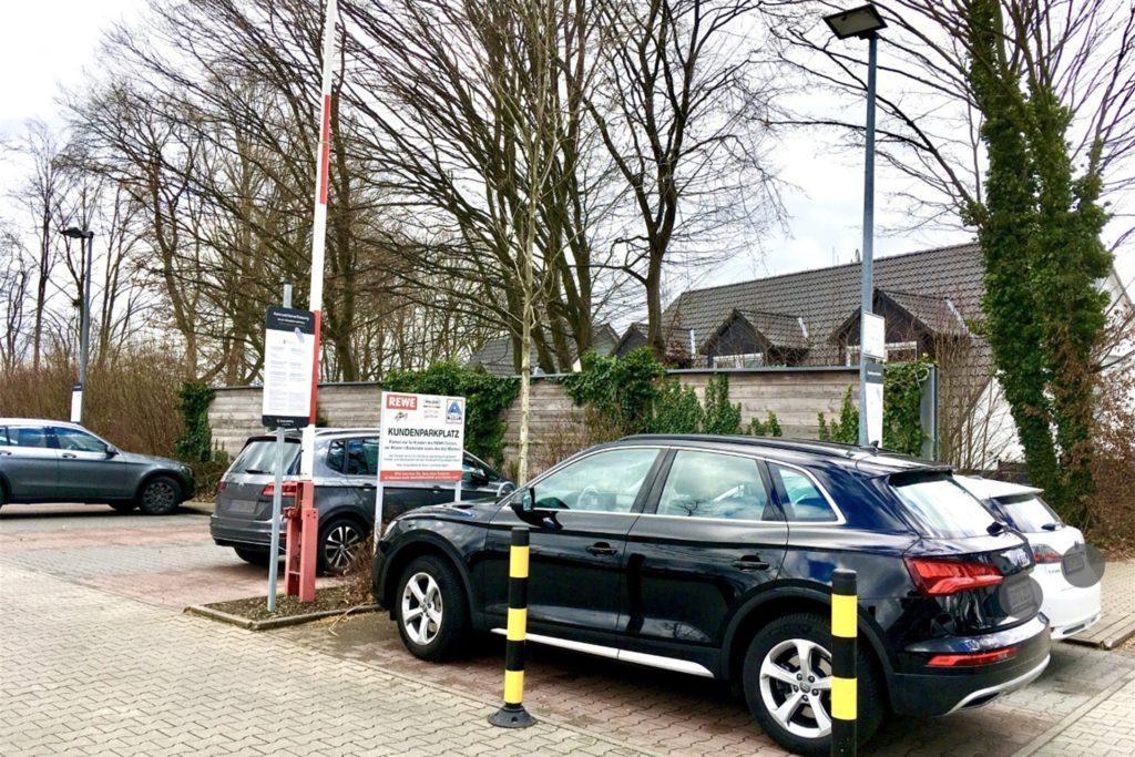 Neue Flexi-Poller verhindern, dass Autofahrer eine Abkürzung über Parkflächen nehmen und dadurch die Kennzeichen nicht erfasst werden