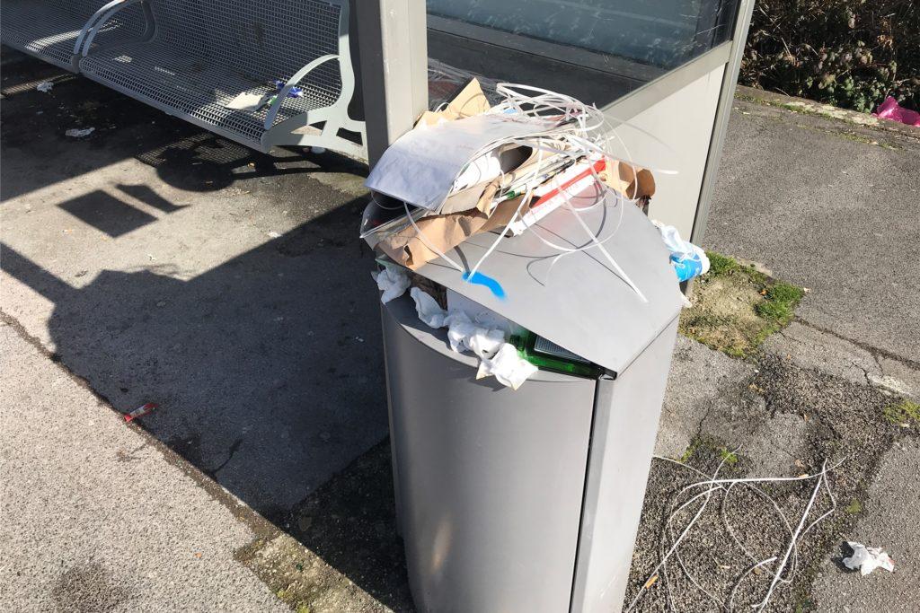 Eine Stichprobe am Haltepunkt Bövinghausen am Freitag (5.3.): Müll auf den Sitzbänken, in Blumenkästen und im Streugutbehälter. Der Stationsbericht nennt das Bewertungskriterium