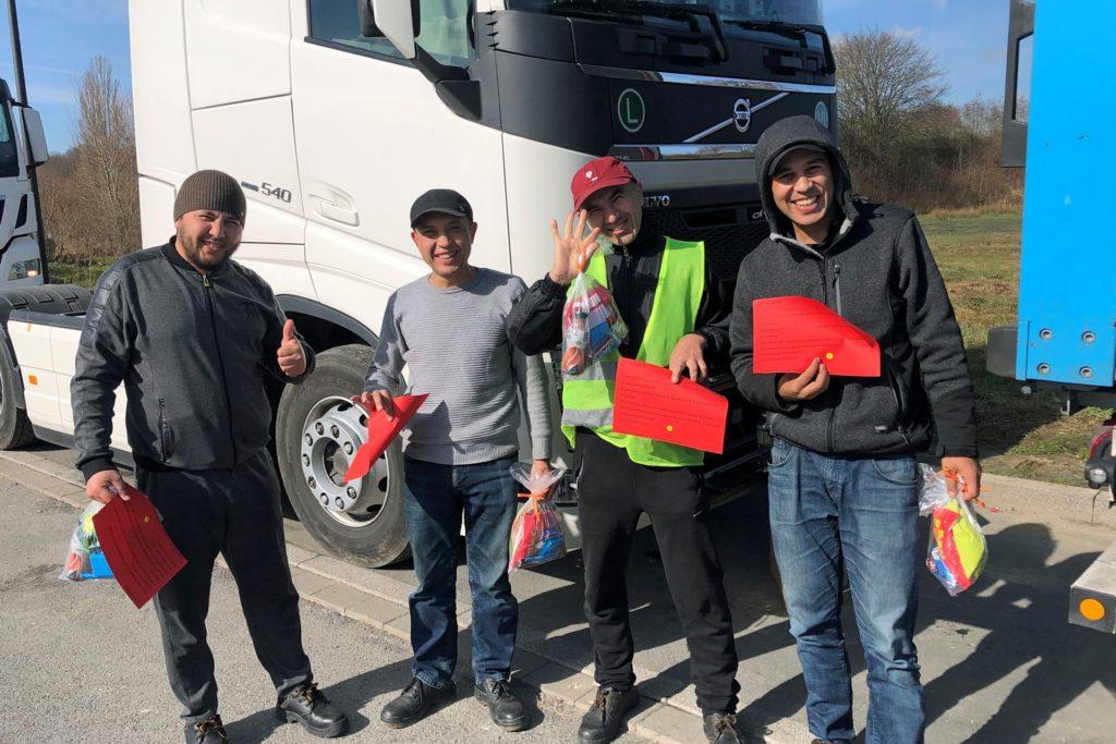 Die vier Trucker aus Russland freuen sich über den Dank in schriftlicher Form in ihrer Muttersprache.