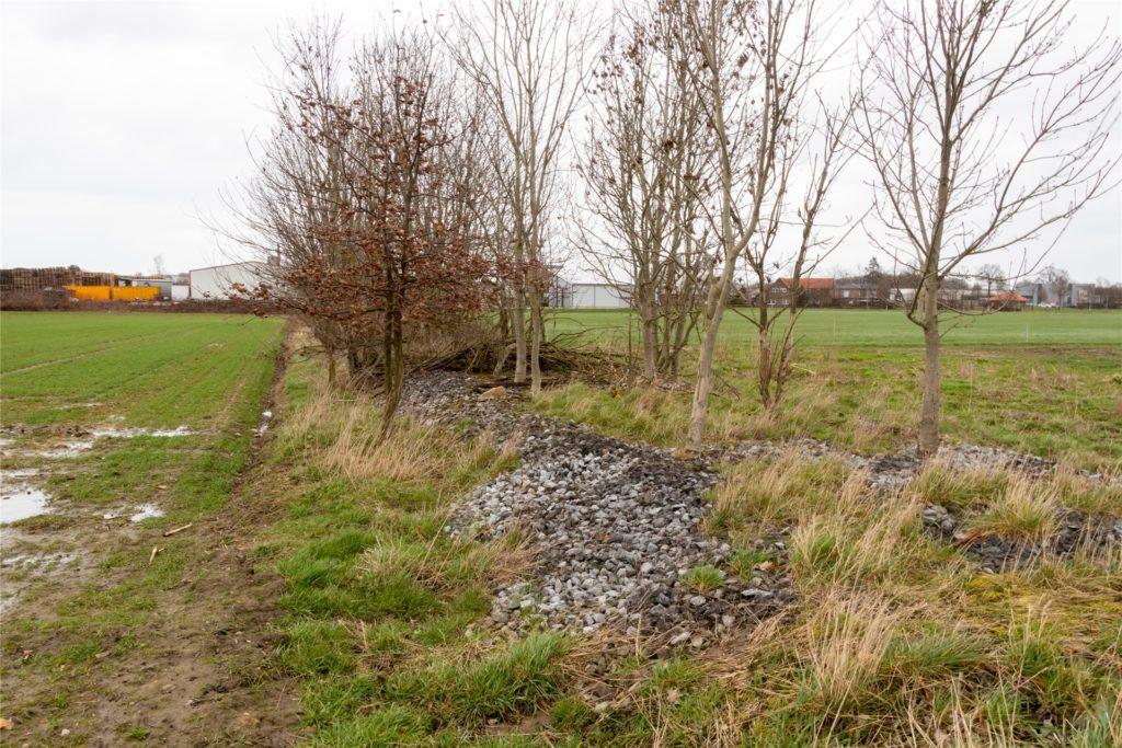 Hier ist die Trasse noch zu erkennen – oft wurden aber die Grundstücke an und auf der ehemaligen Bahnlinie verkauft und bebaut.