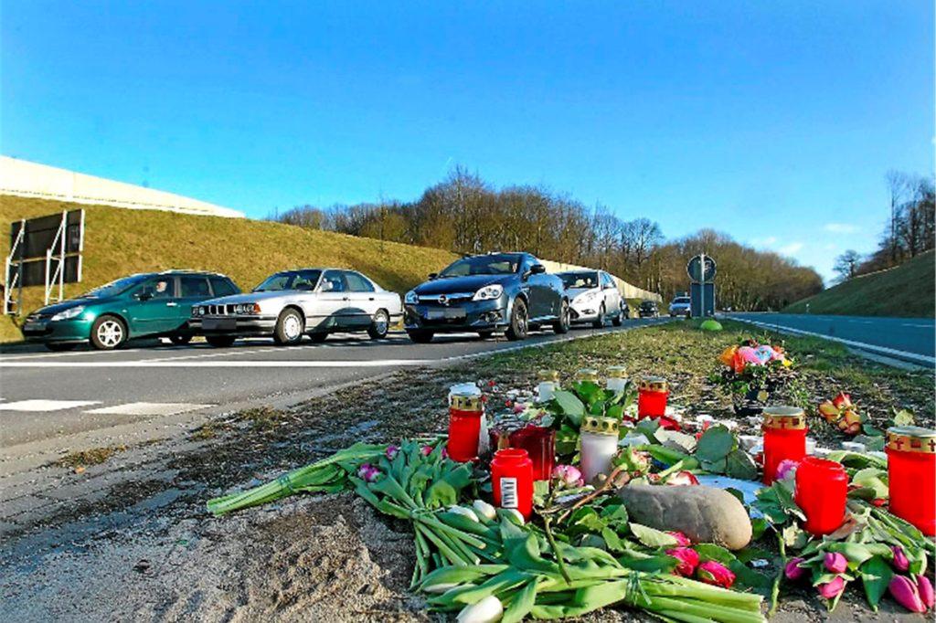Blumen und Kerzen für eine tödlich verletzte 16-Jährige legten Freunde vor zehn Jahren an der Stelle an der B236 nieder, wo jetzt erneut ein Fußgänger von einem Auto erfasst wurde.
