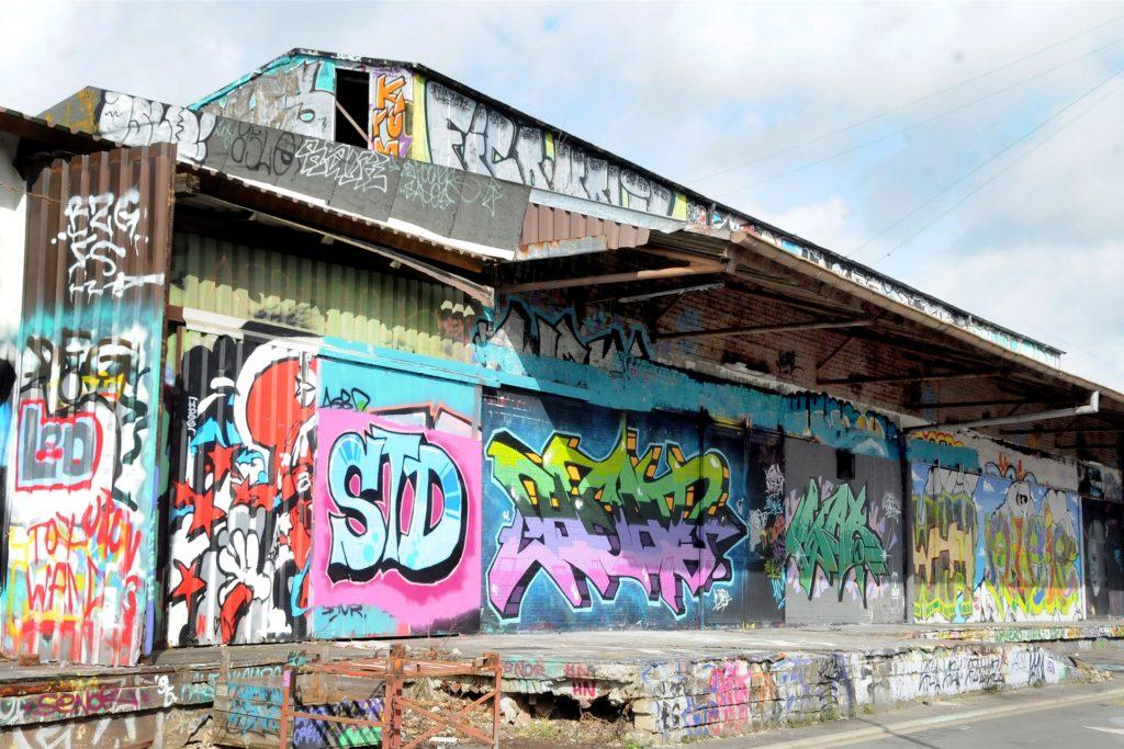 Im Frühjahr 2018 hatte die Stadt erlaubt, die frühere Güterhalle an der Margott-Röttger-Rath-Straße zum legalen Sprühen von Grafftis zu benutzen.