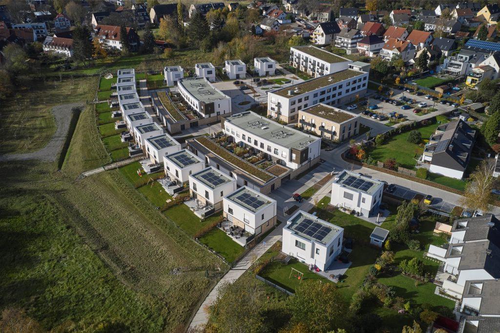 Kleine und größere freistehende Einfamilienhäuser wechseln sich mit Reihen- und Mehrfamilienhäusern ab.