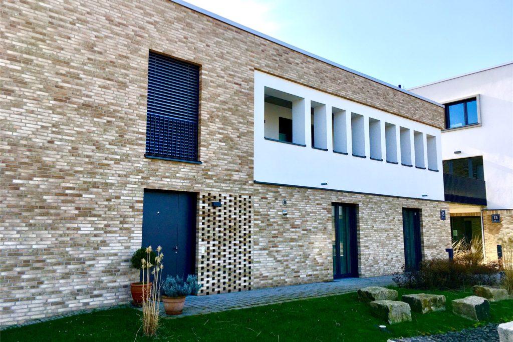 Details wie Klinkerfassaden und Gittermauerwerk zeichnen die Gebäude aus.