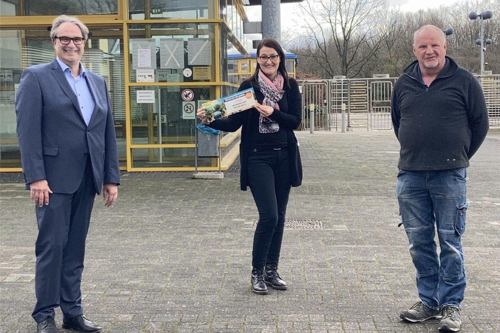 Stadtwerke-Geschäftsführer Carsten Schier, Abteilungsleiterin Freizeit Sabine Vogelsang und Mitarbeiter Eberhard Berse (v.l.) freuen sich über die Auszeichnung.