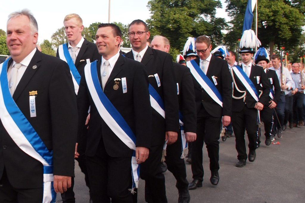 Der Vorsitzende der Hengeler-Schützen führte 2019 die Parade an. In diesem Jahr wird es keinen gemeinsamen Marsch zum Schützenfest geben.