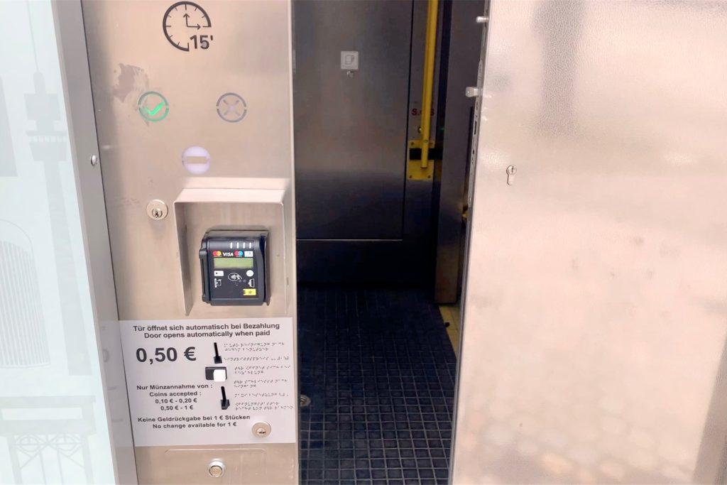 """Das Benutzen des neuen WC kostet 50 Cent. 15 Minuten hat man Zeit für seine """"Geschäfte""""."""
