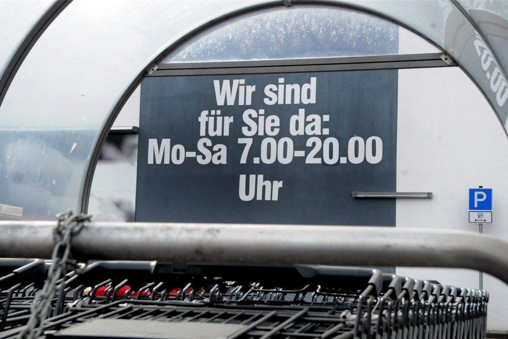 """Der Edeka-Markt am Rosenweg hat seine Öffnungszeiten verkürzt. Bei den  großen Ziffern an der Wand ist die """"1"""" mit einer """"0"""" überklebt worden."""
