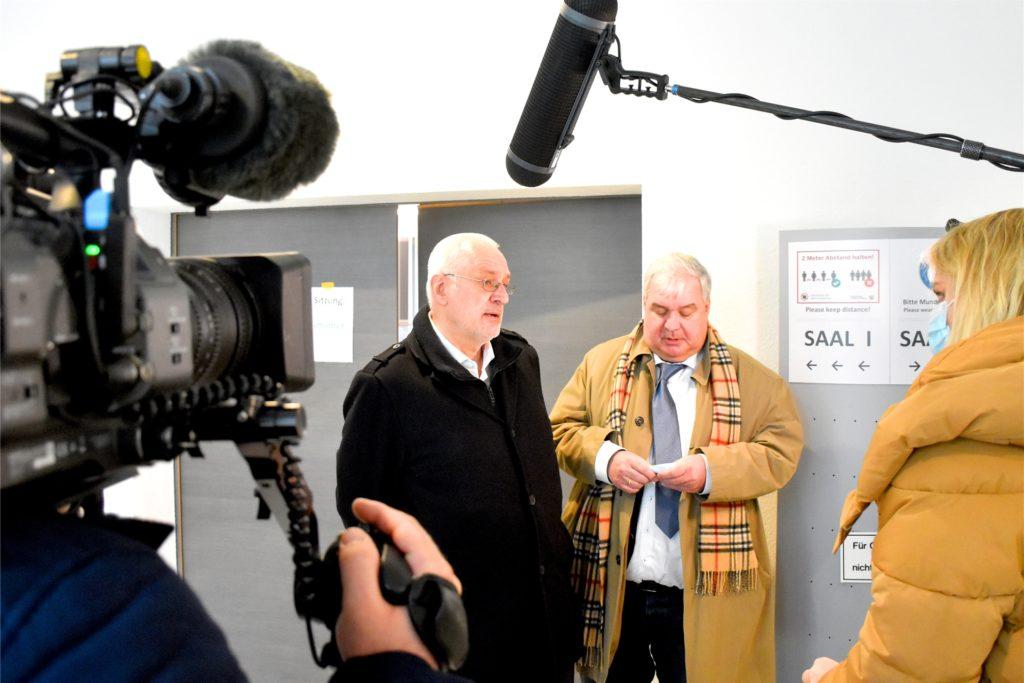 Uwe Benkel und sein Anwalt Markus Menzendorff nach der Gerichtsverhandlung. Weil eine Entscheidung bundesweite Auswirkungen gehabt hätte, sorgte der Fall für großes Medieninteresse.
