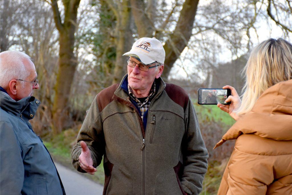 Der Oedinger Landwirt Bernhard Busch (M.) will nicht einfach so hinnehmen, dass die Absturzstelle als Bodendenkmal eingetragen wird. Mittlerweile gehört sie seinem Sohn Andreas.