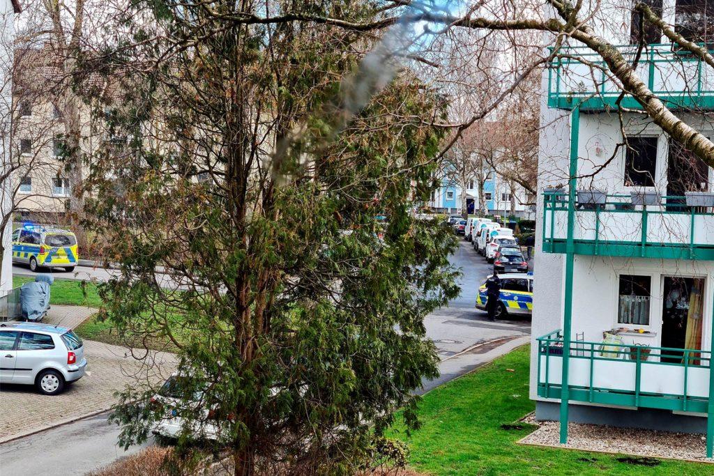 In der Siedlung rund um Tannen- und Tulpenstraße wimmelte es nur so von Einsatzkräften der Polizei.