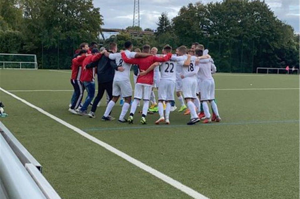 Die 1. Mannschaft der Sportfreunde Nette spielt in der Kreisliga B. Das Team hält zusammen: bei Siegen auf dem Fußballplatz, aber auch, wenn jemand in einer Lebenskrise Hilfe braucht.