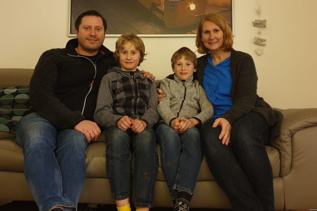 Hinter der Familie Zaccheddu liegen schwierige Monate in der Corona-Krise. Seitdem die Grundschule wieder in Teilen geöffnet ist, gibt es Erleichterung für die Eltern Lena und Michael Zaccheddu.