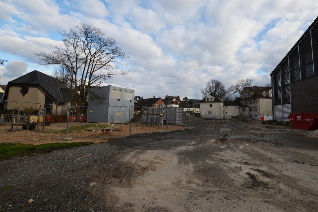 Von der Remigiusstraße aus ist die Baustellenzufahrt. Dem Neubau fällt auch ein Teil des beliebten Spielplatzes (links) zum Opfer.