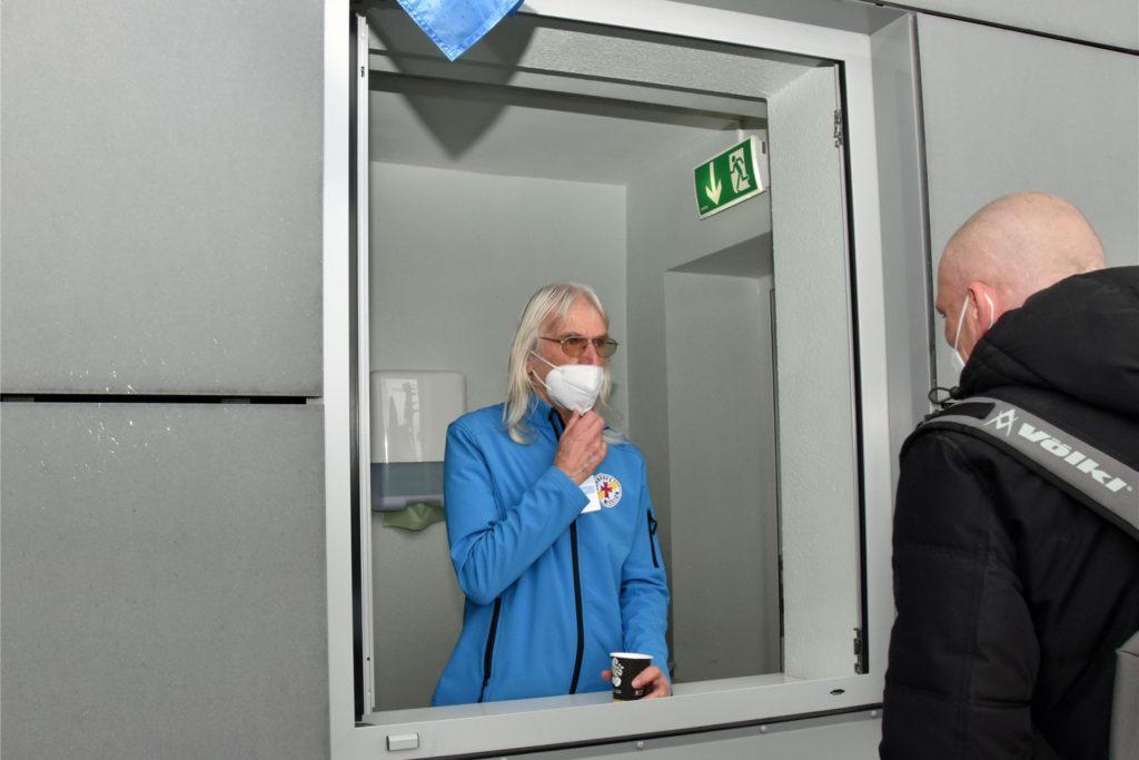Reinhard Raschke gibt während seiner ehrenamtlichen Arbeit unter anderem Kaffee aus.