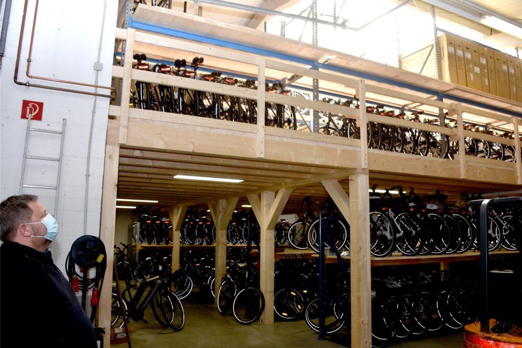 Auf vier Etagen lagern bei Zweirad Gewers rund 1600 fertig montierte Räder und warten auf Kunden. Das rund 2500 Quadratmeter große Lager sei besonders in der aktuellen Situation mit den schwierigen Lieferbedingungen Gold wert.