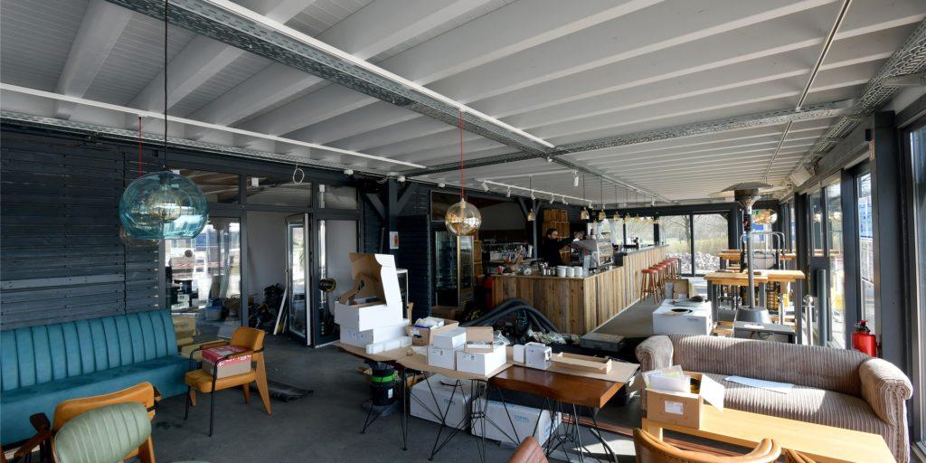 Im Verkaufsraum des Cafés im Seepark werden sich noch keine Gäste treffen können - mit dem Außer-Haus-Verkauf geht es aber schon am Freitag (26.3.) los.