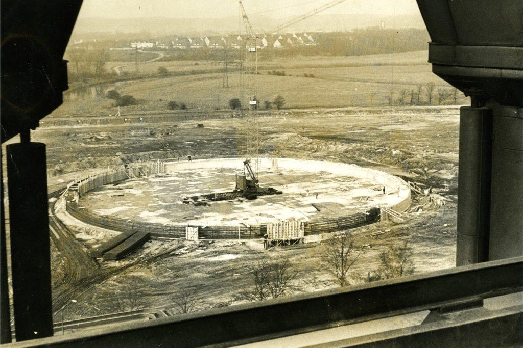 1968 wurde der 110 Meter Kühlturm gebaut, der auf einem 85 Quadratmeter großen Fundament steht.