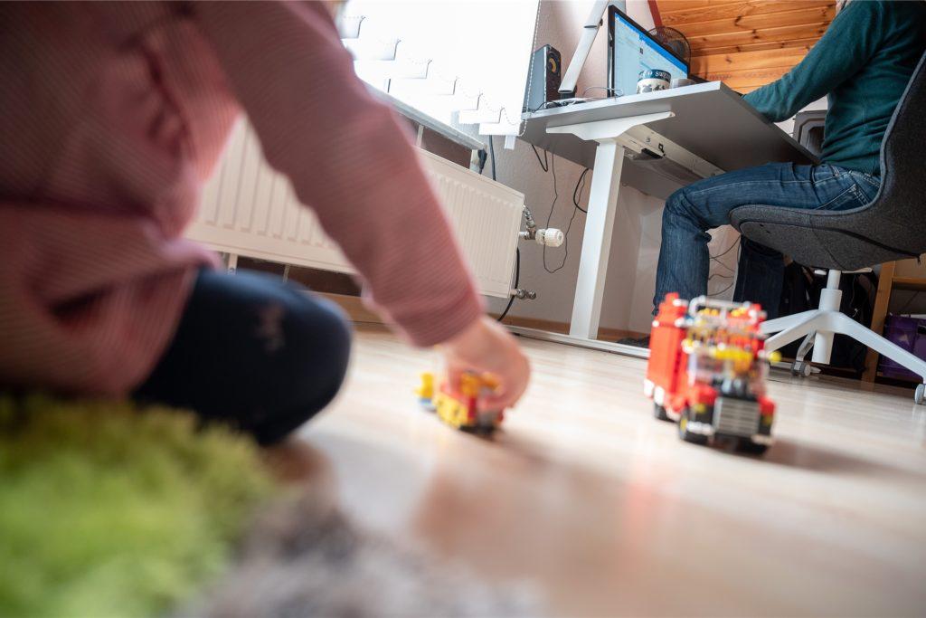 Arbeiten, spielen, kochen: Nicht alles geht gleichzeitig. Daran verzweifeln viele Eltern.