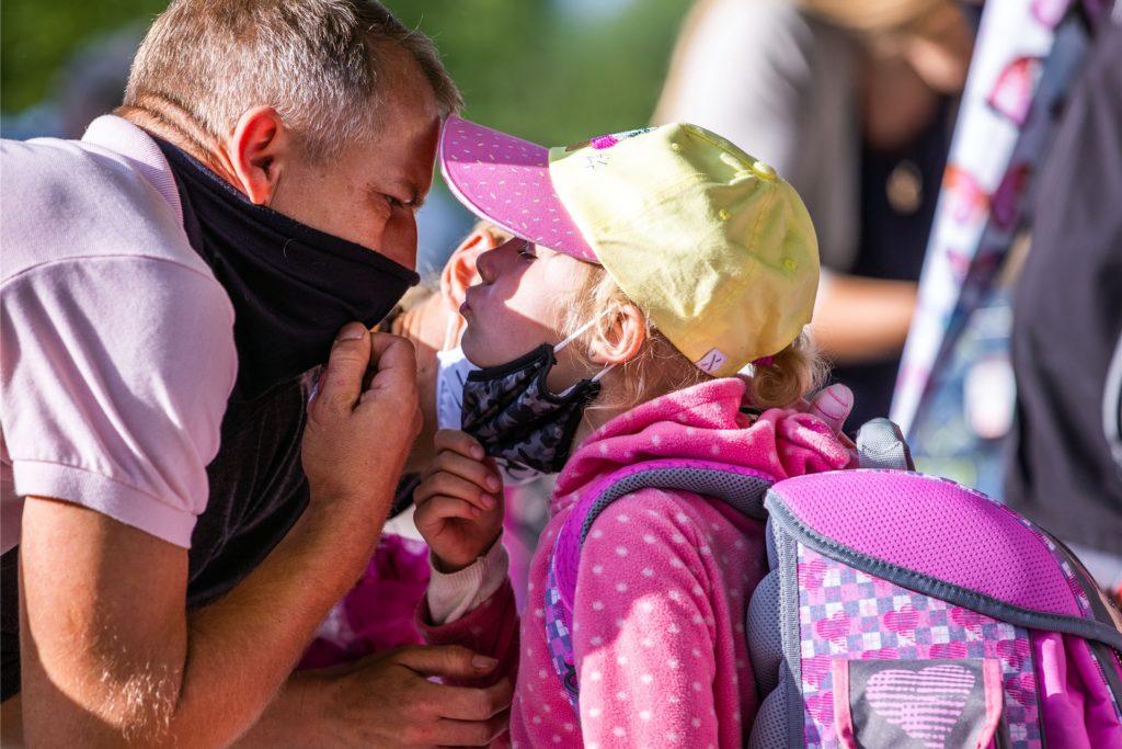 Ein Küsschen für Papa: Viele Kinder sehen andere Kinder und Erwachsene zurzeit nur mit Maske. Das stresst.