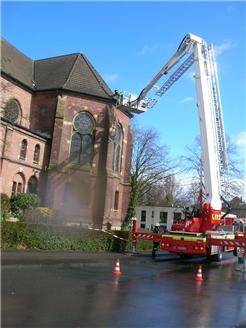 Mit der Drehleiter der Feuerwehr Dortmund wurden die Dachziegel von der evangelischen Kirche entfernt.