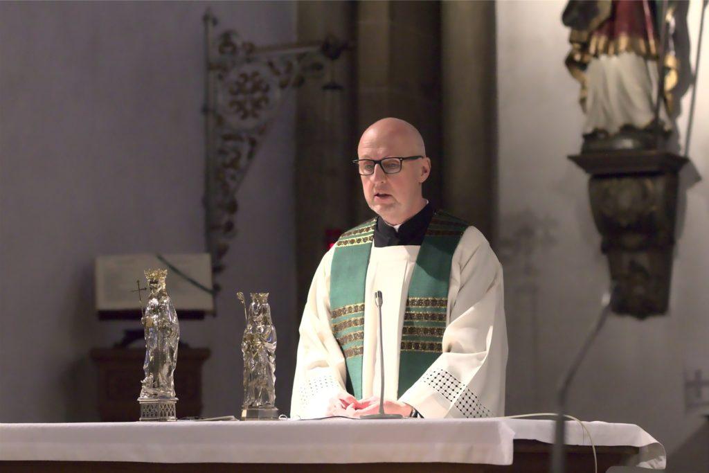 Pfarrer Siegfried Thesing segnet jeden Menschen.