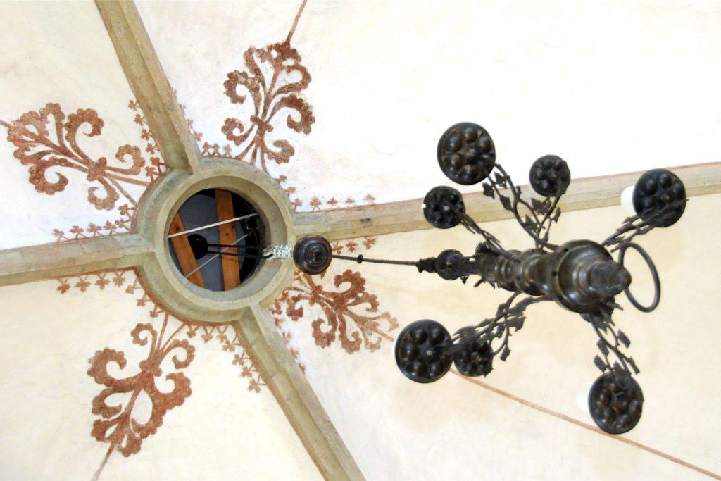 Mit einem eigens für diesen Zweck konstruierten Flaschenzug wird der Marienleuchter an die Spitze des neun Meter hohen Gewölbes gezogen.