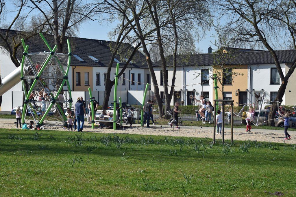Kurz bevor der Ordnungsdienst den Spielplatz für kurze Zeit räumte, spielten zahlreiche Kinder an den neuen Geräten.
