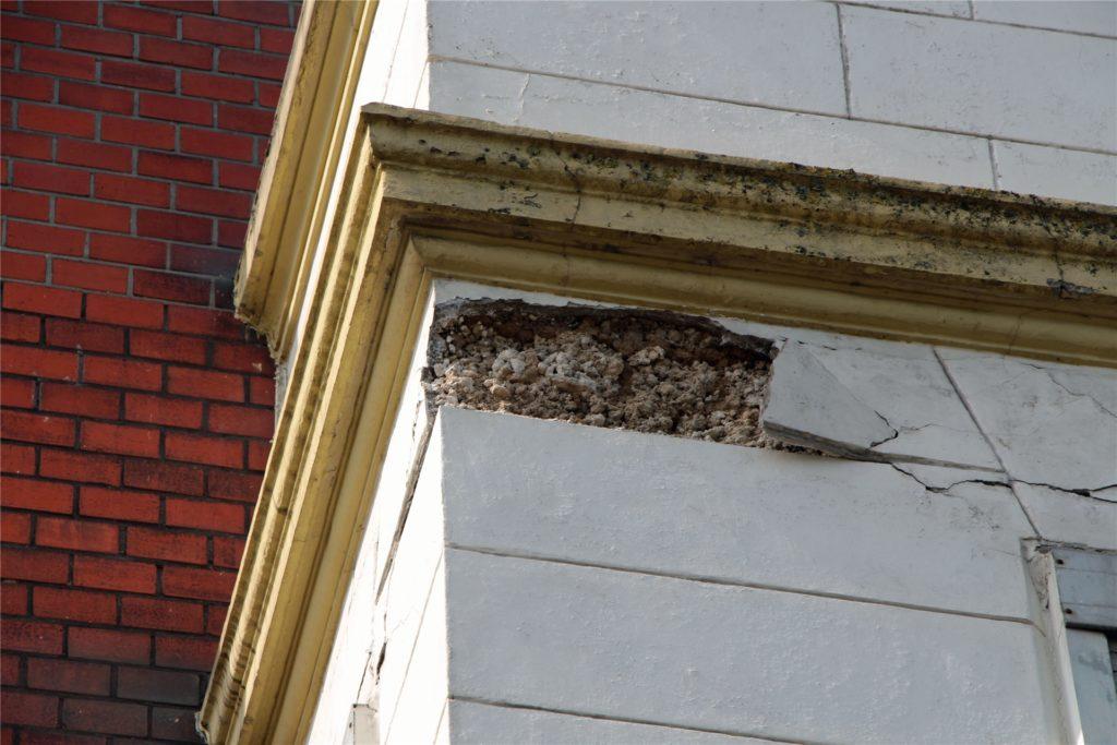 Von diesem Erker im ersten Stock fielen die Fassadenteile auf den Fußgängerweg.