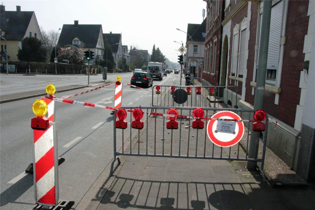 Der Gehweg ist abgesperrt an der westlichen Seite der Kamener Straße. Fußgänger können nur unter Schwierigkeiten passieren.