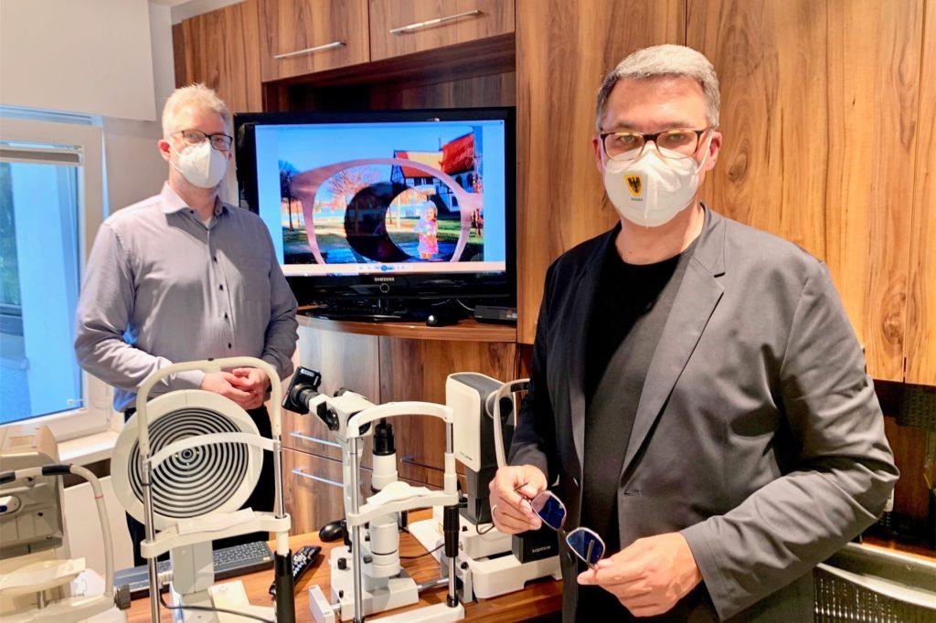 Dortmunds Oberbürgermeister Thomas Westphal (r.) gratulierte Nils Berndt persönlich zu seinem Patent.