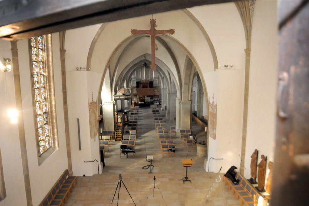 Schwindelfrei müssen die Helfer sein: So blicken sie beim Aufklappen der obersten Felder des Altars in das Kirchenschiff hinunter.