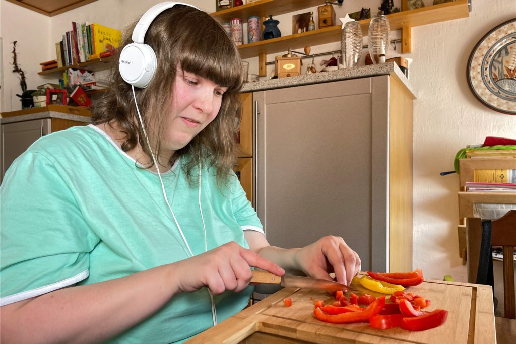 Wenn sich Lea Körner bei der Arbeit besser konzentrieren möchte, hört sie gerne Musik. Zum Beispiel, wenn sie ihrer Mutter beim Kochen hilft.