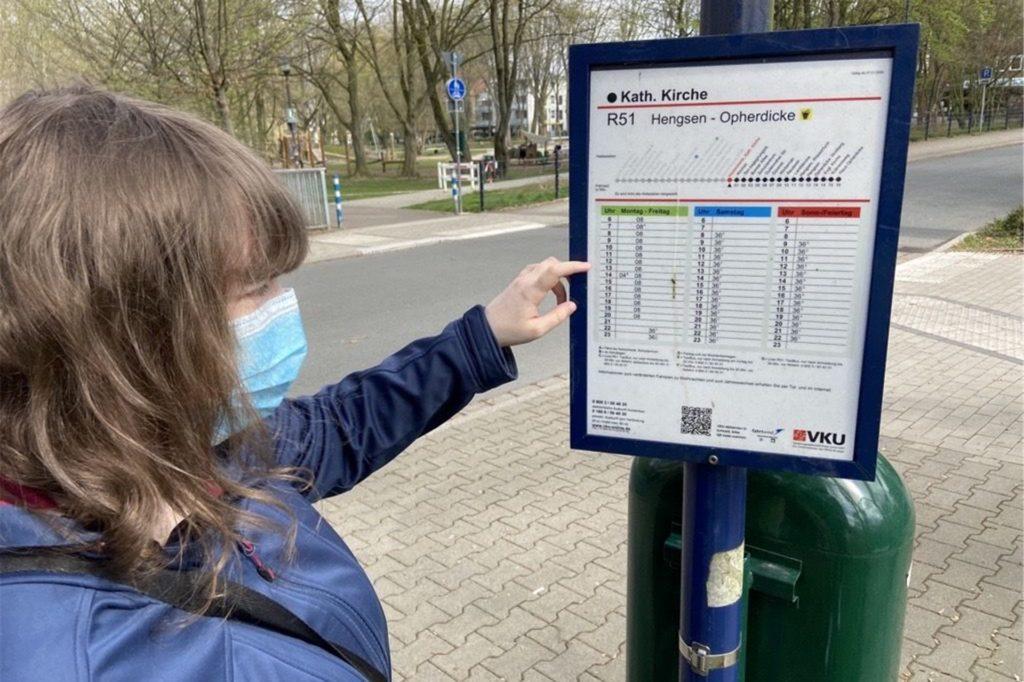 Eine Bahn kommt zu spät, ein Bus fällt aus: Für Lea Körner ist die Einhaltung von Regeln sehr wichtig. Entscheidend ist der Fahrplan.