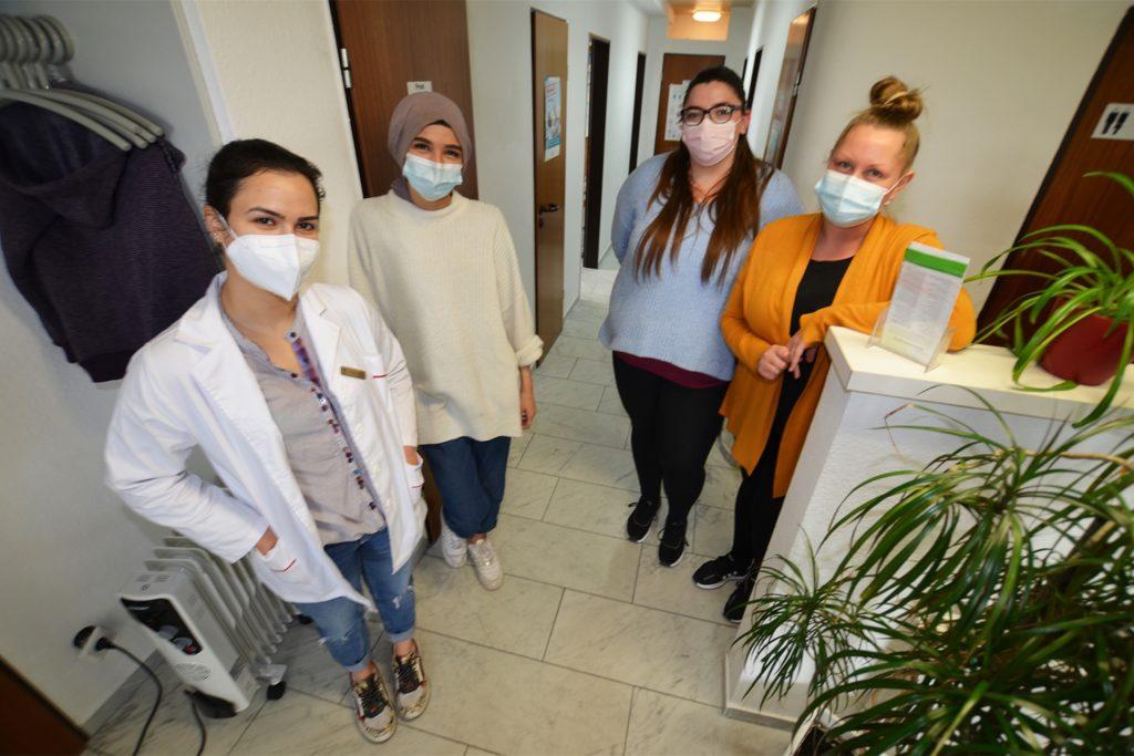 Das Team um Dr. Aala Jamal (l., Tochter von Dr. Abdallah Jamal) und Sabrina Schmidt (r.) hofft, bald aus den maroden Räumen ausziehen zu können. Der Praxisinhaber möchte ein neues Ärztehaus im Mengeder Ortskern bauen.